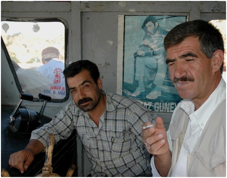 Ferryboat Captain - Ergens diep in Oost-Turkije. De stuurhut van een ferry. De man rechts op de foto, de kapitein van de oude, vrij gammele ferry besl