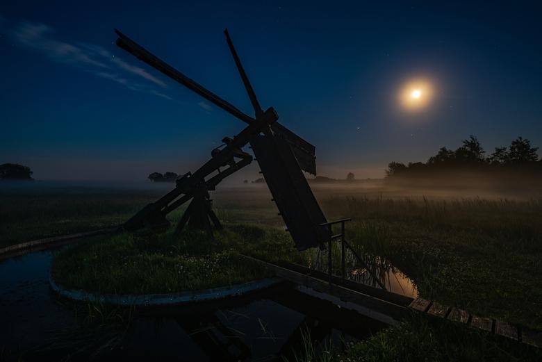 Tjasker in het maanlicht - Tjasker in de Weerribben s'nachts.<br /> D750, sigma 12-24, gitzo explorer