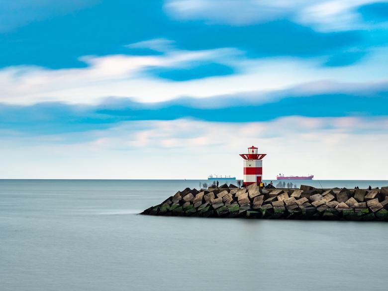 Ghost around the harbor light - De rode haventoren van Scheveningen met een lange sluitertijd vastgelegd.