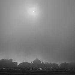 scheveningen strand in de mist