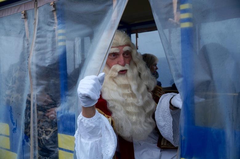 Sinterklaas in het land - Sinterklaas zet zijn reis door het land voort per trein. Vandaag mochten de kinderen van de Vossenburcht in Leeuwarden de Si