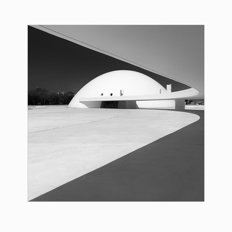 Centro Niemeyer - Op mijn 17e kocht ik van mijn eerst verdiende geld de Canon AV-1 met 28 mm lens (voelde als een groothoek) en een roodfilter erop vo