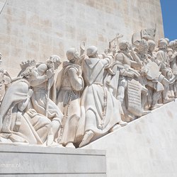 Standbeeld Padrão dos Descobrimentos langs de oever van de Taag