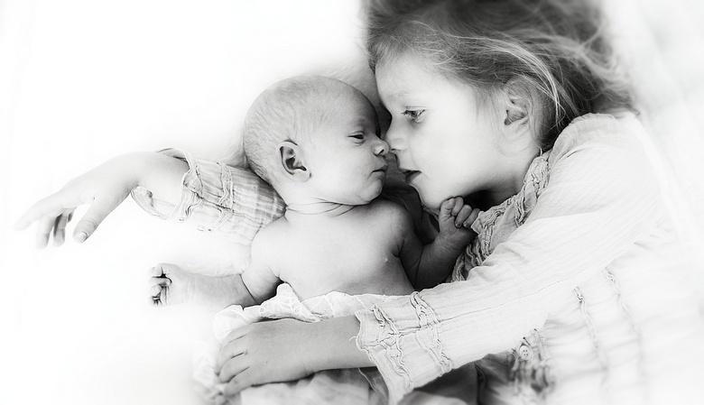 nieuw zusje - Esmee met haar kleine zusje Fabienne van 3 weken oud