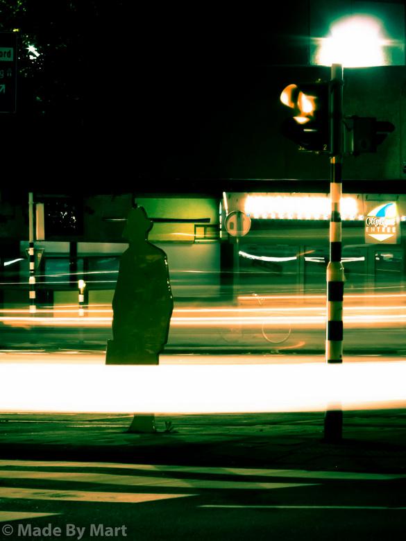 Vlakbij hofplein - De eerste keer als je voorbij rijdt denk je dat er een echt persoon staat