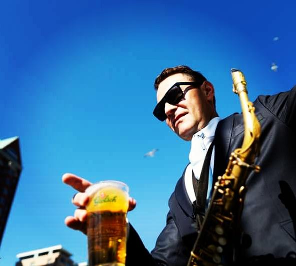 Biertje? Pak een Grolsch zegt Benjamin Herman. - Benjamin Herman pakt een biertje in de pauze van zijn optreden bij Mart Café in Rotterdam bij de Mark