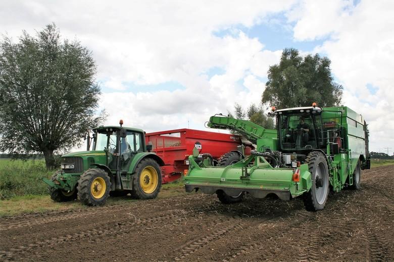 IMG_4438 Aardappels rooien - Aardappelrooimachine. De uit de grond gehaalde aardappels worden meteen via een lopende band in de kar achter de tractor