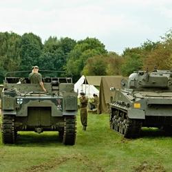 De Sherman tank en de Sexton naast elkaar.