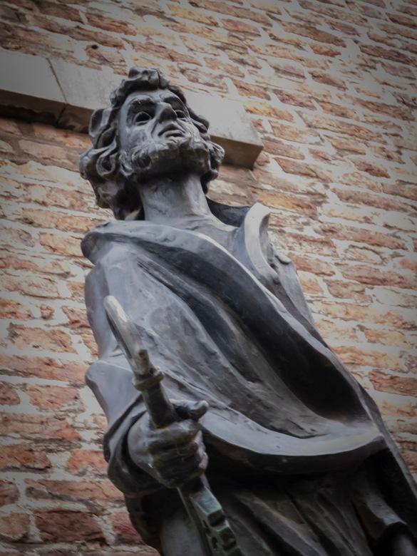 St. Pieter | Petrus - Standbeeld van Petrus nabij de St. Petruskerk te Sittard. <br /> <br /> Petrus was volgens het nieuwe testament een van de twa