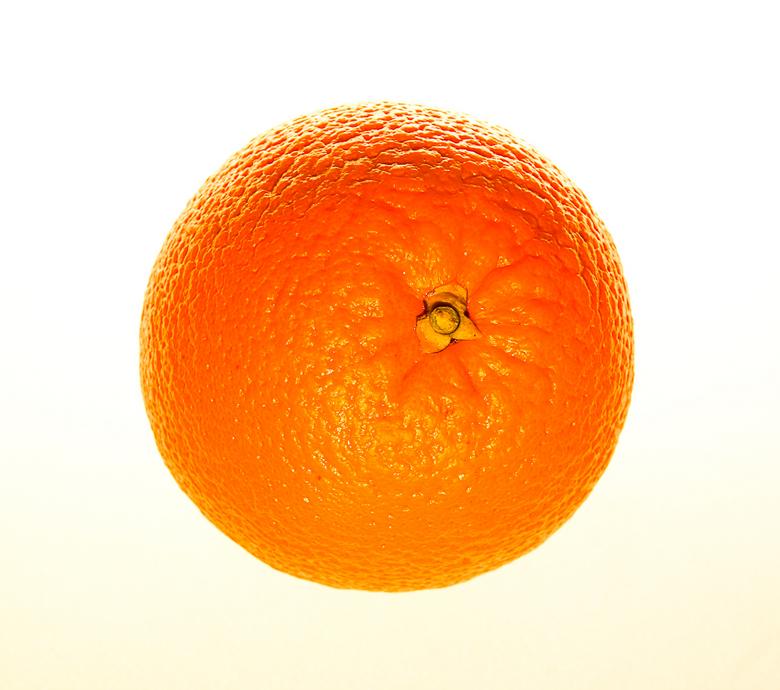 Sinaasappeltje - oranje in het zonnetje<br /> sinaasappel met twee flitsers en oranjefilter voor de flitser<br /> 1/60 sec  bij F9,0  ISO 100 bij 50