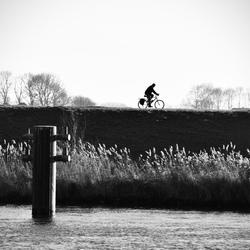 Eenzame fietser aan de IJssel