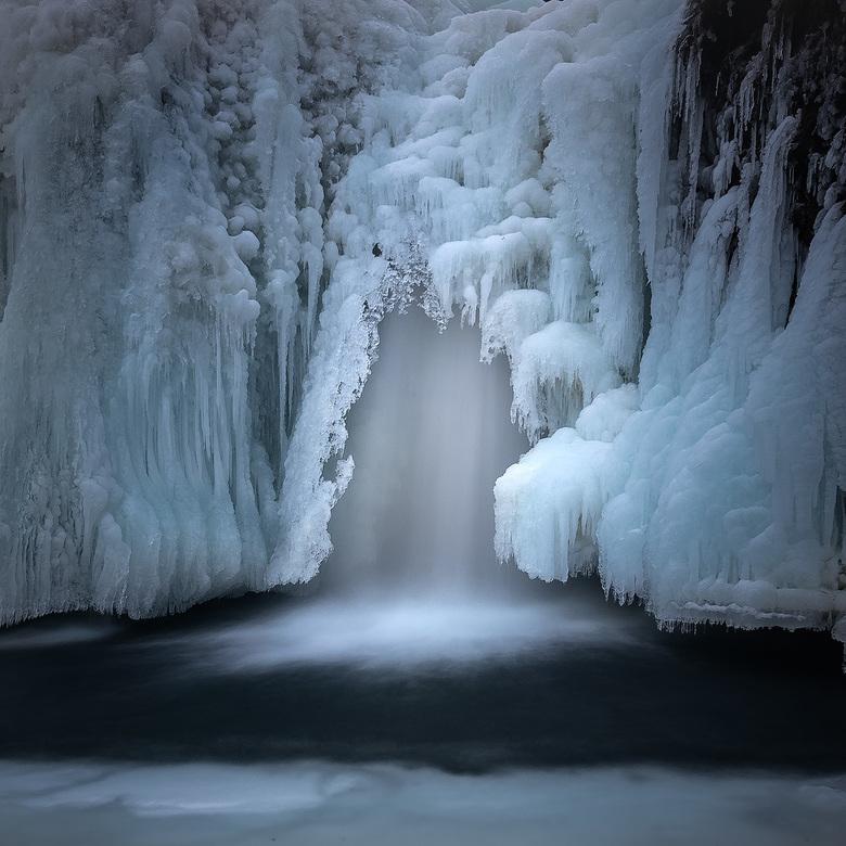 Frozen World - Detail van een waterval in IJsland