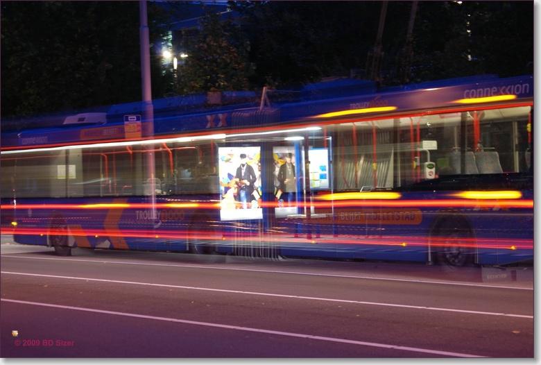 Bus bij nacht - Voor mijn fotocursus moest ik een avondopname maken van een bewegend onderwerp. Hierbij heb ik een lange sluitertijd gebruikt. Verrast