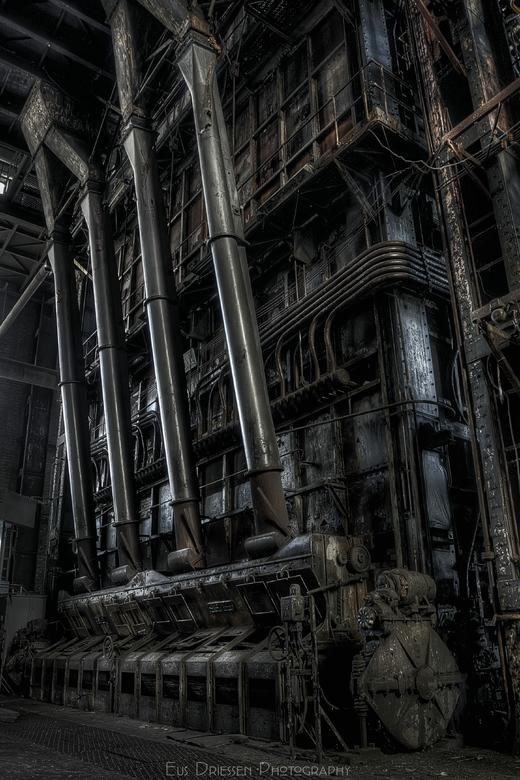 Buizen in een verlaten electrisiteitcentrale - Buizen tot aan het plafond,her en der al wat plantjes. Deze grote elektrisiteitcentrale staat al een ti