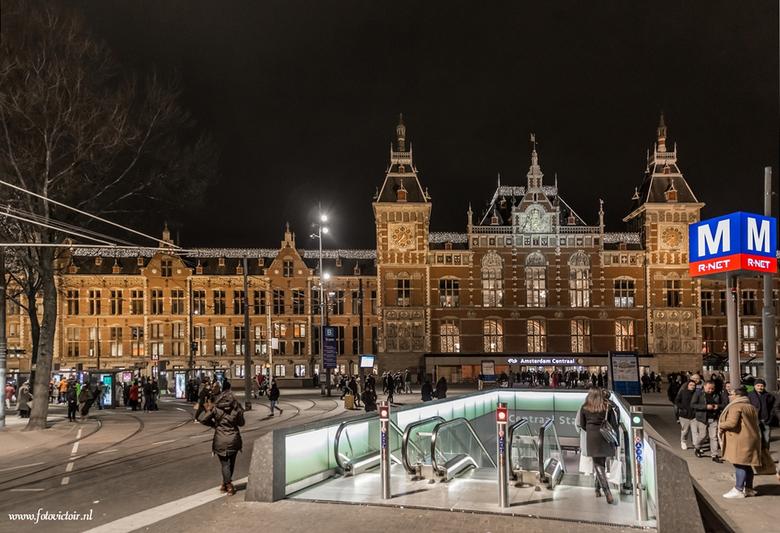 Amsterdam Centraal station - Bedankt voor de reacties op mijn vorige serie. Nu een serie van Amsterdam en een deel van de lightshow. De hele serie is