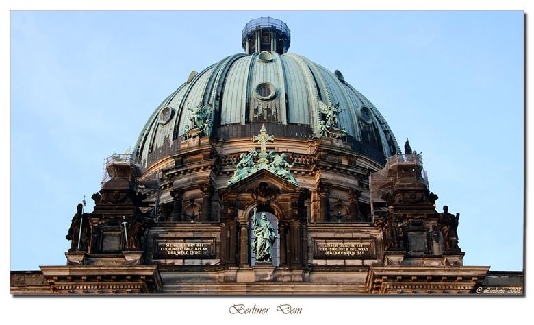 Berliner Dom - Ik had dit gebouw graag in zijn geheel op de foto willen zetten maar aangezien ik geen groothoeklens bezit heb ik alleen maar de koepel
