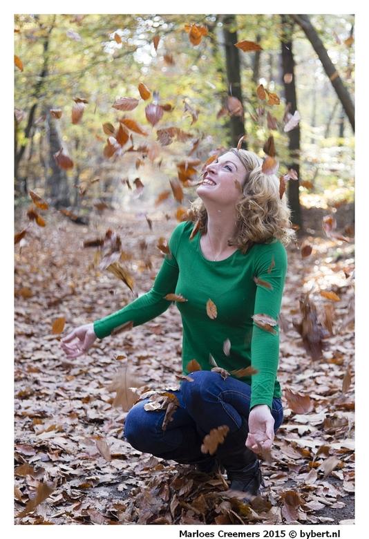 9174Marloes blad - in het bos met Marloes