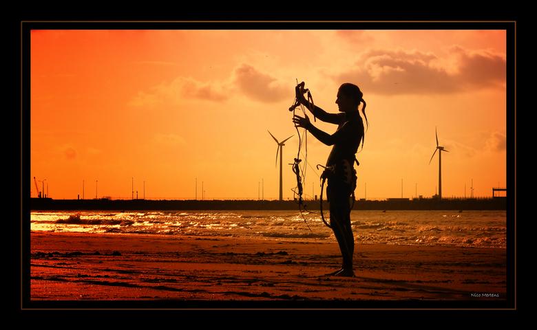 Kiting@The Beach!! - Hallo...<br /> deze dame had net gedaan met kiting...een soort watersport met een surfplank en een parachute, maar meer weet ik