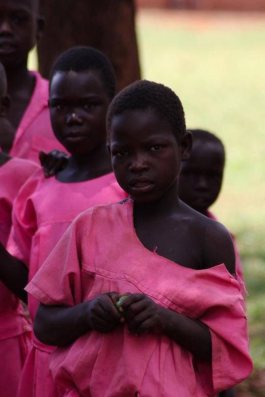 Shy  - schoolkinderen uit Masindi-district.<br /> <br /> Verlegenheid en schuwheid voor de fotograaf, maar ook de onschuld wordt goed weergegeven in