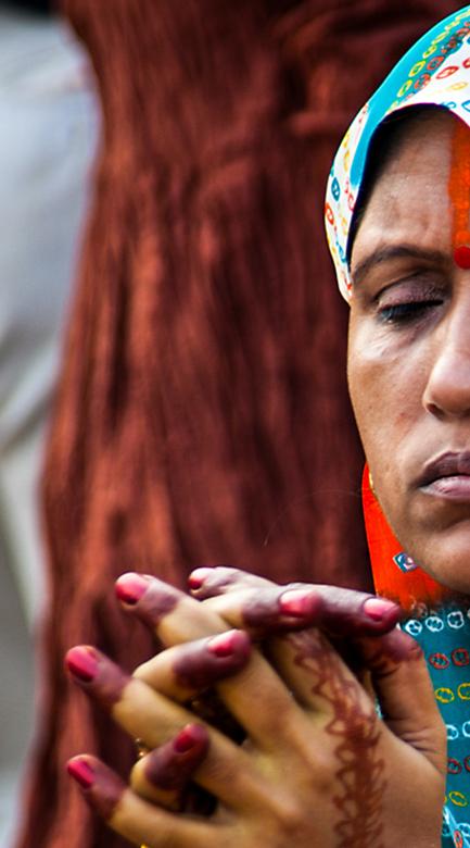Vrouw bid  - Biddende vrouw in Varanasi