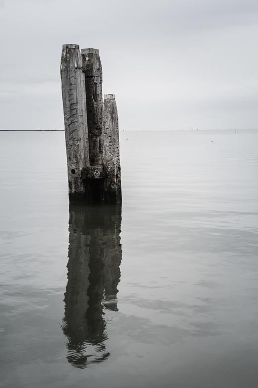 De meerpaal - Meerpaal in de oude haven in de Ballumerbocht op Ameland