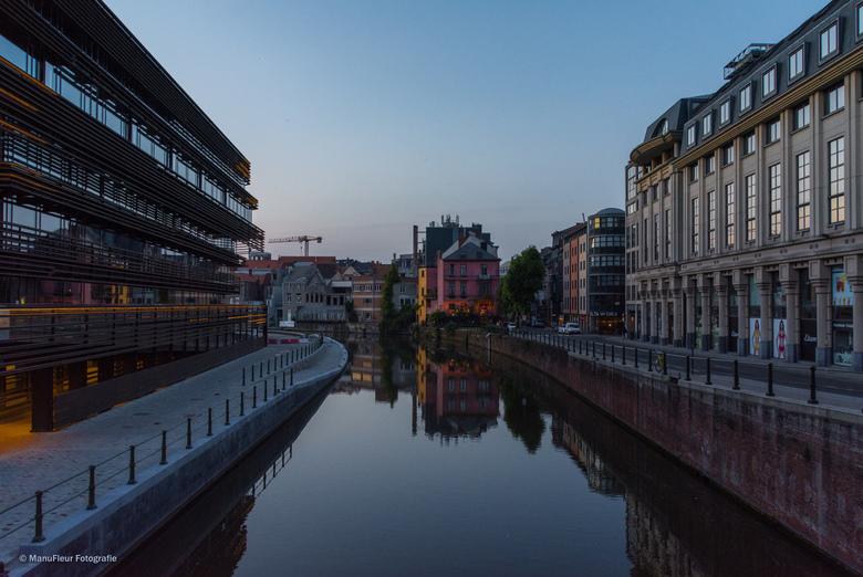 Gent in avondlicht  - Deze foto is genomen aan de Krook, de Gentse stadsbibliotheek, hier links op de foto.