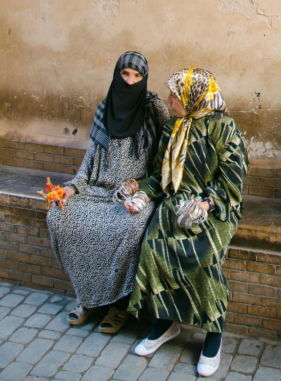 Verkoopsters in Marrakesh - Twee vrouwen die aan het wachten waren op klanten die het museum uitkwam in Marrakesh