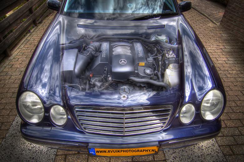 Mercedes in HDR - gEMAAKT VAN 6 FOTO`S DAARNA BEWERKT IN COREL