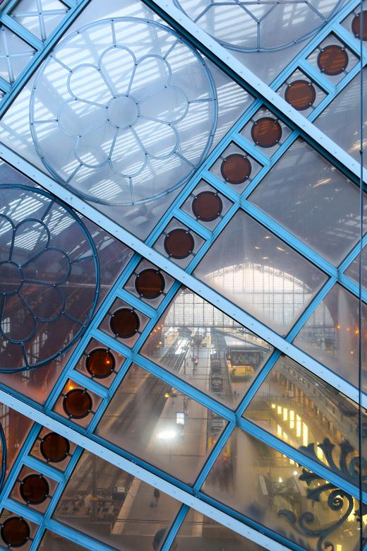 outside-inside - Binnenkijken vanaf het dak van Antwerpen Centraal Station