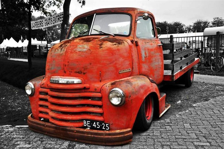 Old rusty truck - Achtergrond zwart wit gemaakt om de truck beter te laten uitkomen.