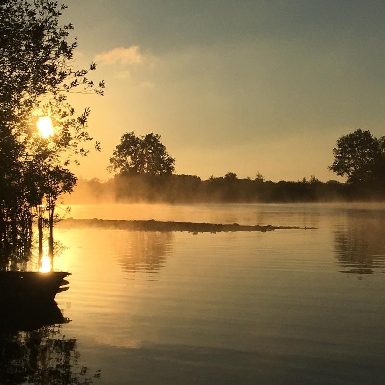 Ook Nederland is mooi!  - Deze foto nam ik bij zonsopkomst met mijn iPhone 6s in het Leenderbos op camping Klein Frankrijk. <br /> Ik heb geen filter
