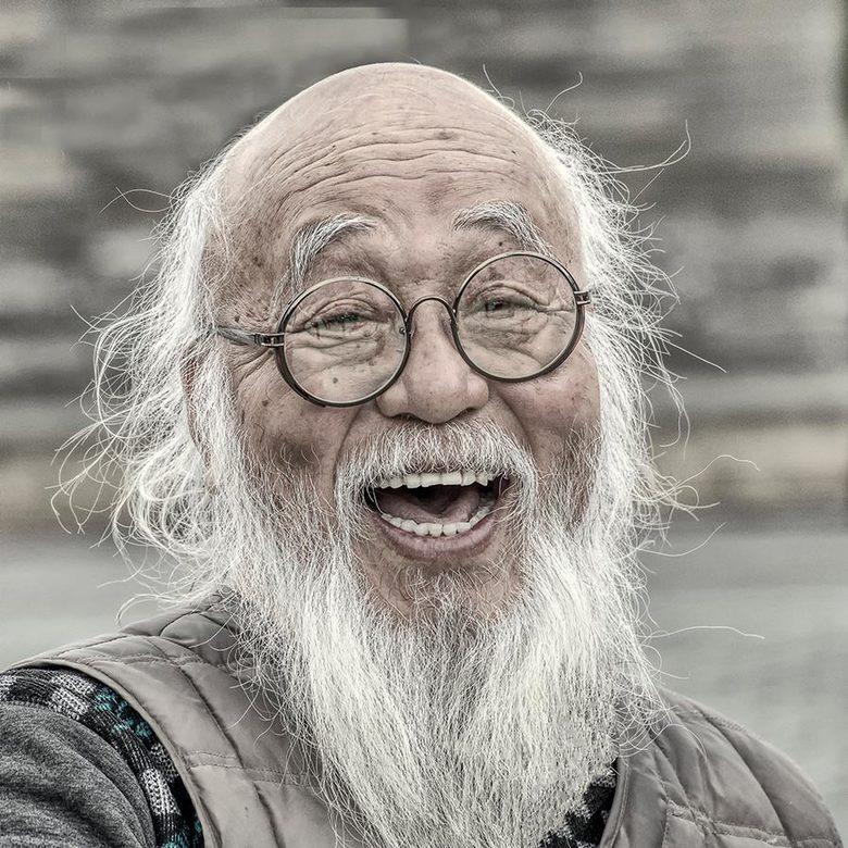 Chinese man in Beijing - Ik heb tijdens onze reis naar China ook vooral de lokale bevolking in beeld gebracht. Deze Chinese man had voortdurend een sm