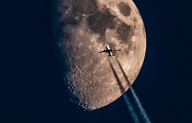 Maan en vliegtuig