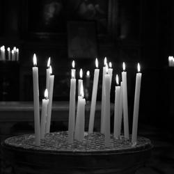 kaarsen in een kerk in Rome