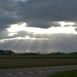 Donkere wolken en Jacobsladders boven Kantens.