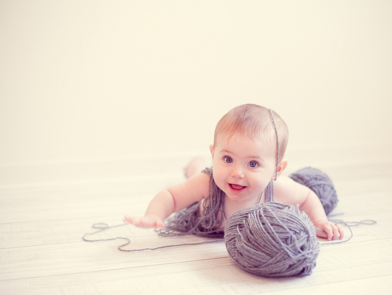 Mila - Wat een pret had deze kleine meid met wat bolletjes wol!