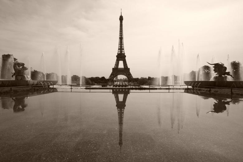la tour Eiffel - De Eiffeltoren is één van de meest populaire zelfmoordlocaties in Frankrijk: er plegen in een gemiddeld jaar vier mensen zelfmoord. E