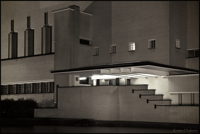 Dudok - Het stadhuis van Hilversum 's avonds laat. Het was gisteren een erg leuke, gezellige dag! Na het eten ben ik nog terug gereden naar het s