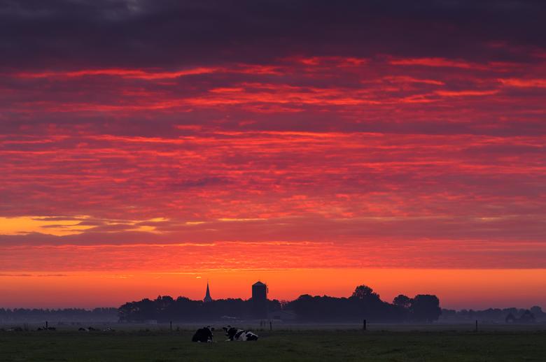 The Rising Sun - Onderweg naar mijn werk zag ik een mooi wolkendek dat aan de horizon opengebroken lag.   Dit soort type wolken hebben de potentie om