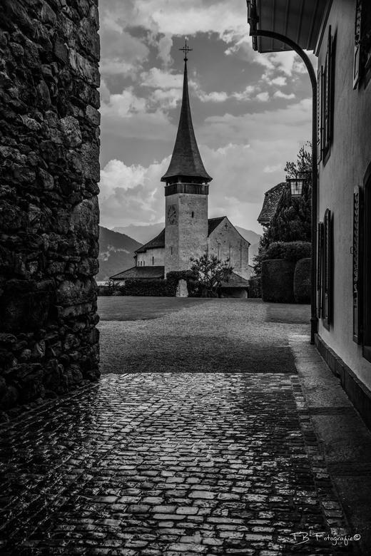 Waterig kerkje - Tijdens een regenbuitje moeten schuilen en deze foto genomen van het kerkje bij slot Spiez (zwitserland).