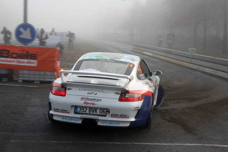 Porsche GT3 tijdens Euregio - Porsche GT3 drift door de bocht tijdens klassementsproef 7 van de Euregio rally 2009.