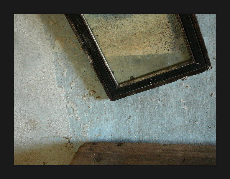 verweerd - Een van de 2 kamers in het verlaten huis (zie ook eerdere uploads)was zo goed als leeg. Maar wat was ik in mijn schik met dat ene tafeltje