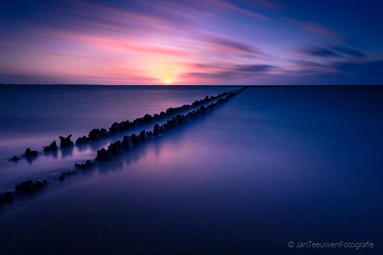 Way to infinity....... - Tijdens de kerstvakantie samen met Peetjevis een rondje IJsselmeer gedaan en ook bij Hindeloopen gestopt en een mooie zonsond