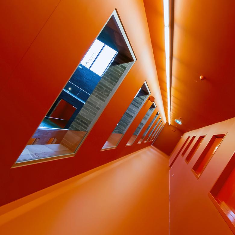 Beeld en Geluid 5 - De oranje gang in de hal van Beeld en Geluid