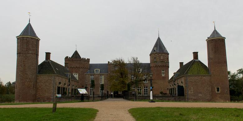 walcheren -  Domburg kasteel Westhove - Tussen Domburg en Oostkapelle ligt het oude kasteel Westhove. Tegenwoordig in gebruik als Stayokay.<br />