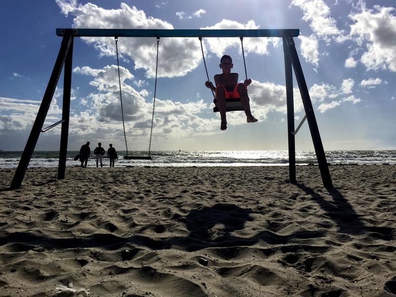 Swing on the beach - Zaterdag naar Dishoek geweest. Ik dacht een leuk foto dagje te gaan doen op het strand, daar aangekomen had ik mijn baterij in de