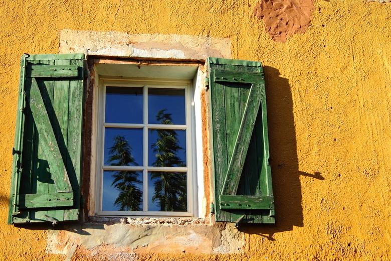 Raam in Roussillon - Aan het eind van de middag van een mooie zomerdag gingen we nog even naar Roussillon (provence FR). Deze kleurcombinatie van de r