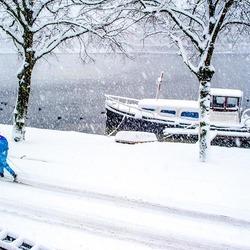 langlaufer op loopt langs de oude haven in Zaandam