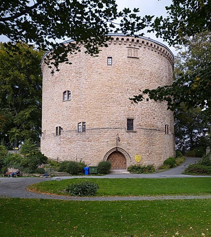 Oude verdedigingstoren. - Een verdedigingstoren uit 1517, die nu dienst doet als museum voor middeleeuws wapen en foltertuig.<br /> 23 september 2015