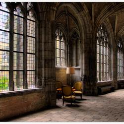 Zitje met schemerlamp in de kloostergang